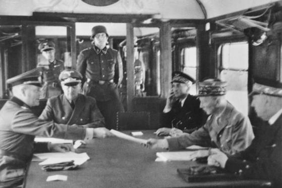 1940년 6월 콩피에뉴 숲의 포슈 원수 전용기차 앞에서 진행된 프랑스의 항복 서명 장면.[위키피디아]