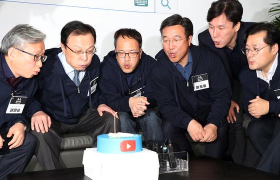 더불어민주당 이해찬 대표와 당직자들이 11일 서울 여의도 당사에서 열린 국민과의 소통 강화를 위한 신규 유튜브 채널 '씀' 오픈 행사에서 축하 케이크의 촛불을 끄고 있다. [뉴시스]
