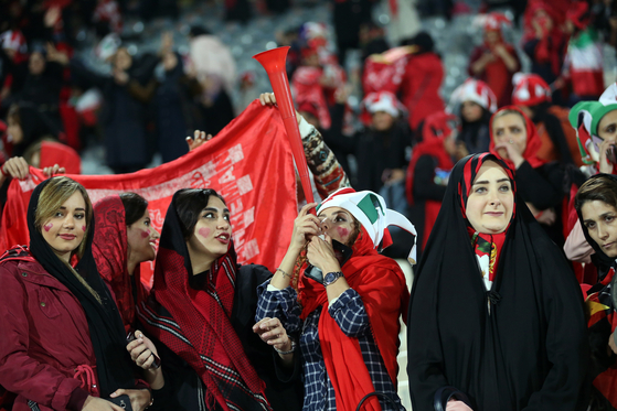 11일 이란 테헤란 아자디 스타디움에서 열린 아시아축구연맹 챔피언스리그 결승 2차전에서 이란 여성들이 응원을 펼치고 있다. [EPA=연합뉴스]