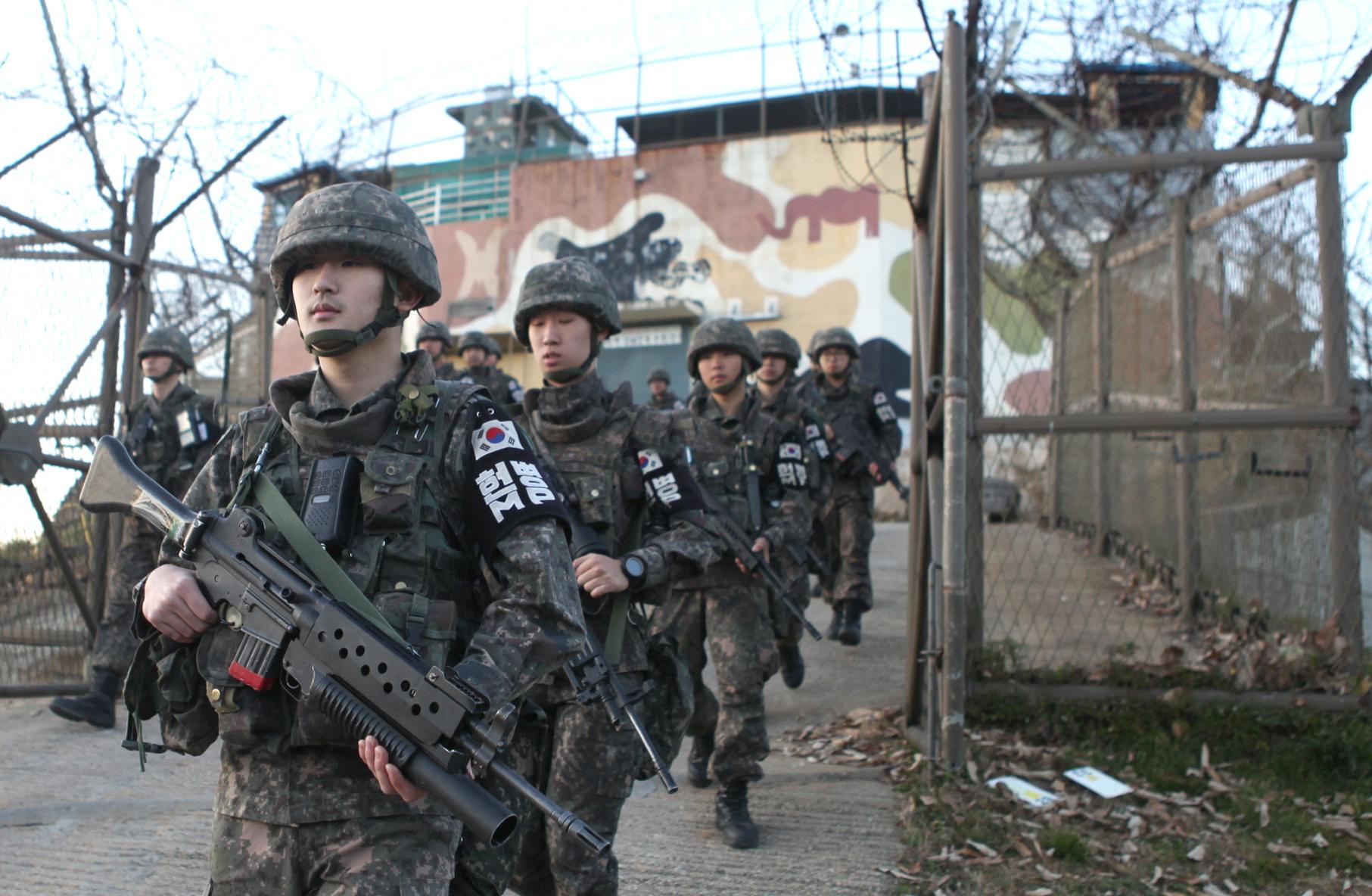 우리 군 장병들이 비무장지대 시범철수 GP에서 총기를 들고 본대로 복귀하고 있다.[사진 국방부]