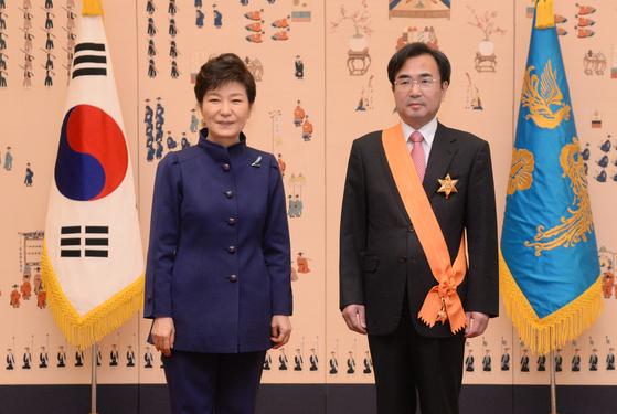 2014년 3월 대법관 퇴임 청조근정훈장을 수여받고 박근혜 당시 대통령과 기념촬영을 하고 있는 차한성 전 대법관. [청와대 사진기자단]