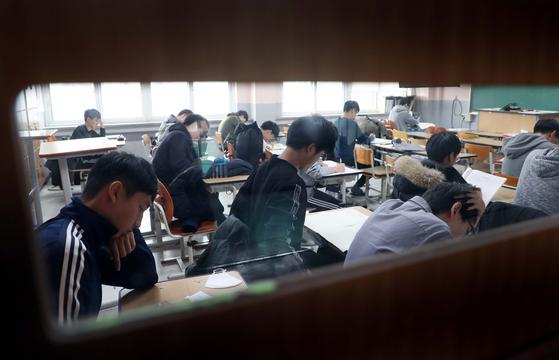 2019학년도 대학수학능력시험을 나흘 앞둔 11일 대전 충남고등학교 3학년 수험생들이 휴일도 등교해 막바지 시험준비를 하고 있다. [중앙포토]