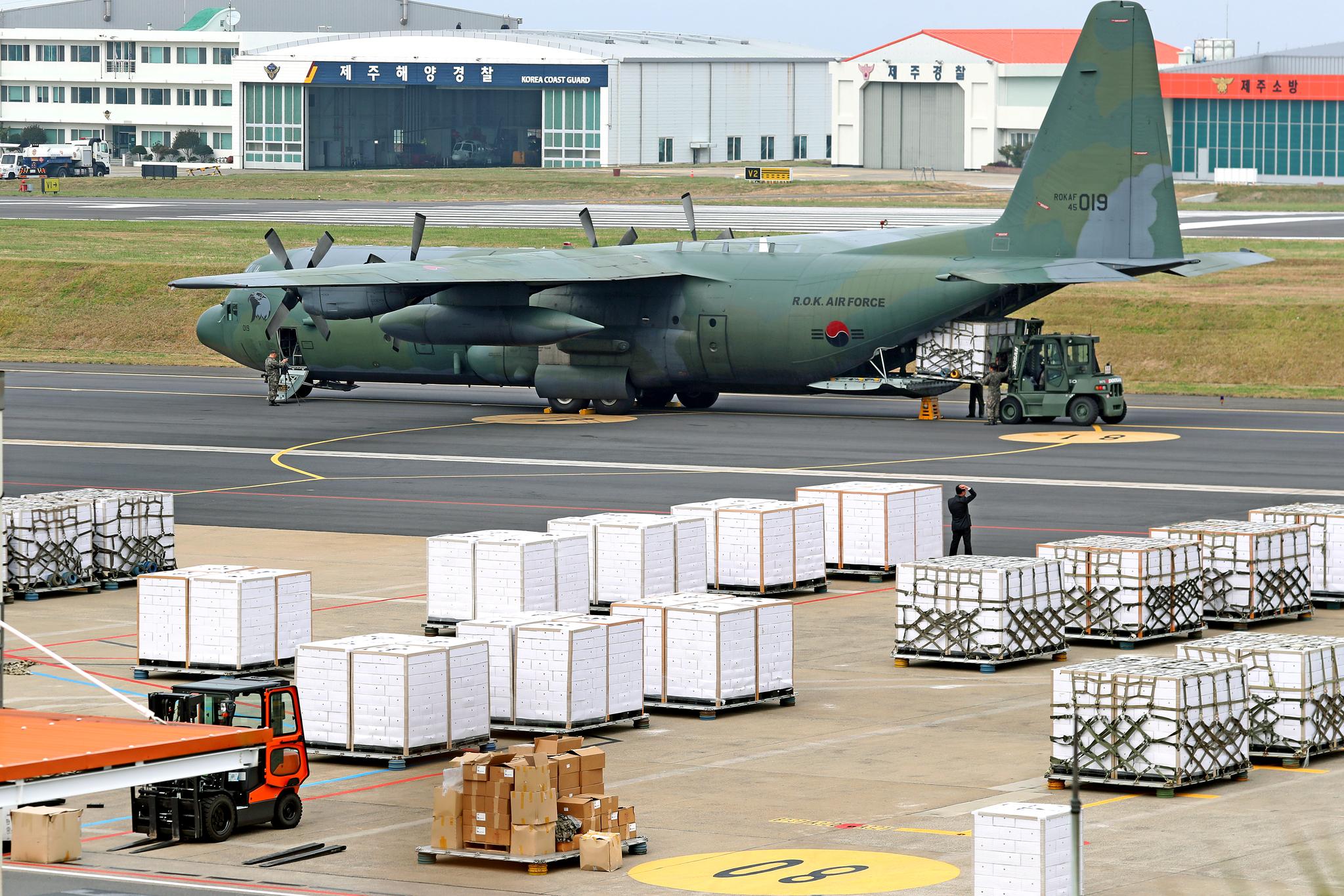 11일 공군이 제주국제공항에서 수송기에 북한에 보낼 제주 감귤을 싣고 있다. [뉴스1]