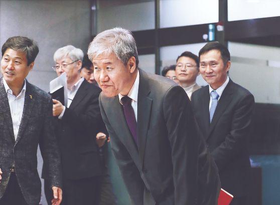 """김수현 신임 청와대 정책실장이 11일 청와대 춘추관에서 기자간담회를 한 뒤 인사하고 있다. 김 실장은 정책 방향에 대해 '소득주도성장의 방향에 대해서는 전혀 수정할 생각이 없다""""고 밝혔다. [뉴스1]"""