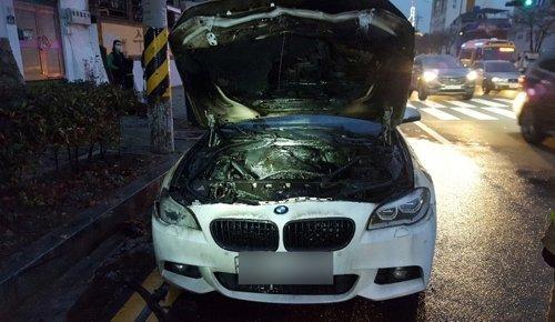 12일 오후 5시 5분께 경남 창원시 마산회원구 회원동 일대를 주행하던 BMW 530d 승용차에 불이 난 모습. [사진 창원소방본부]