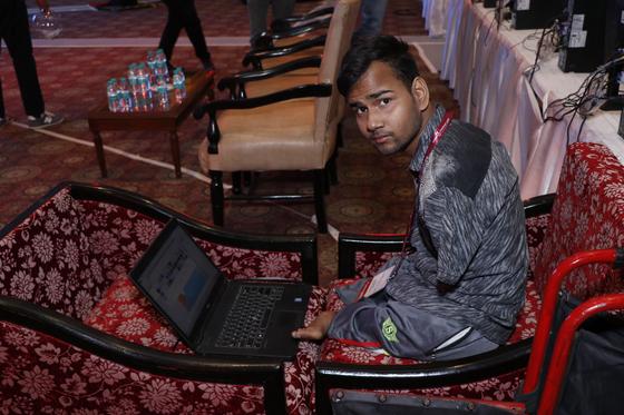 수라부꾸마르 신하(19)가 9일 글로벌장애청소년IT챌린지에 참가해 과제를 수행하고 있다. 태어날 때부터 팔다리가 없었던 그는 윤리적 해커를 꿈꾼다. [한국장애인재활재단 제공]