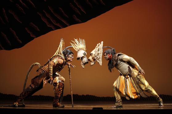 대구 계명아트센터에서 개막한 뮤지컬 '라이온 킹'. 정글의 왕 무파사(오른쪽)가 동생 스카와 대결하는 장면이다. 동물 가면과 배우의 얼굴을 동시에 드러냄으로써 관객들의 상상력을 극대화시킨다. [사진 디즈니]