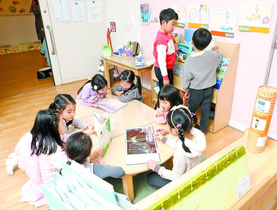 중대부속유치원에서 만5세 아이들이 짝을 맺은 동생들에게 동화책을 읽어주고 있다. [우상조 기자]