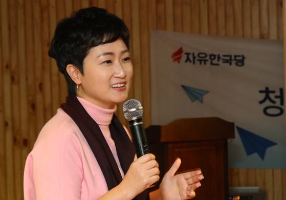 이언주 바른미래당 의원이 9일 오후 서울 서초구 방배동 유중아트센터 아트홀에서 열린 자유한국당 청년특별위원회 '+청년바람 포럼'에서 초청 강연을 하고 있다. [뉴스1]