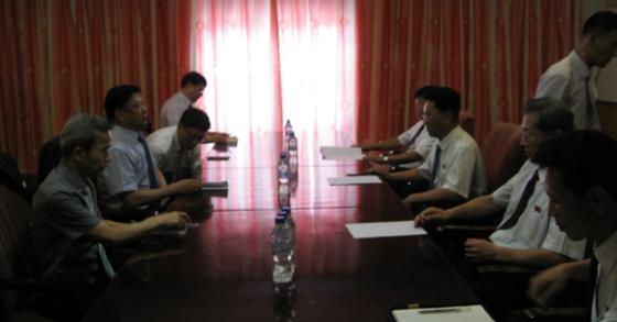 지난 8월 13일 북한 개성 자남산여관에서 열린 '남북도로공동연구조사단 제1차회의'에서 남·북 대표단이 회의를 하고 있다. [사진 통일부]