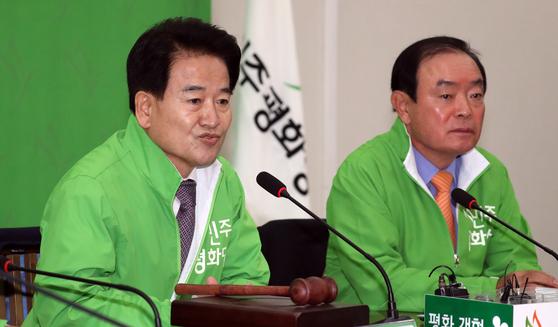 취임 100일을 맞은 정동영 민주평화당 대표가 12일 국회에서 열린 최고위원회의에서 모두발언을 하고 있다. [뉴스1]