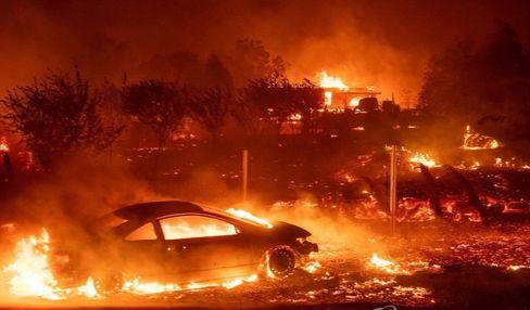 대형산불이 발생한 미국 캘리포니아주 북부 뷰트카운티의 파라다이스 지역에서 9일(현지시간) 차량과 주택들이 화염에 휩싸여 있다. [AFP=연합뉴스]