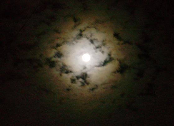 달도 가끔은 몰려드는 구름에 조각이 나 가던 길 멈칫거린다. [중앙포토]