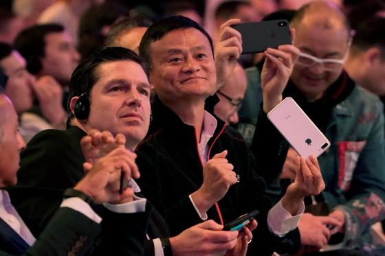 마윈 알리바바 공동 창업자 겸 회장(가운데)이 11일 중국 상하이에서 열린 알리바바 그룹의 광군제(光棍節·독신자의 날) 행사에 참석했다. [로이터=연합뉴스]