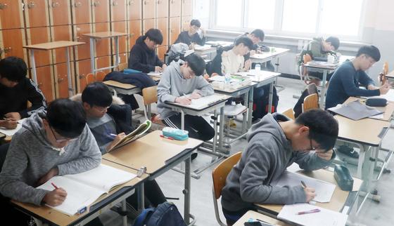 2019학년도 대학수학능력시험을 나흘 앞둔 11일 대전 충남고등학교 3학년 수험생들이 휴일도 등교해 막바지 시험준비를 하고 있다. 프리랜서 김성태