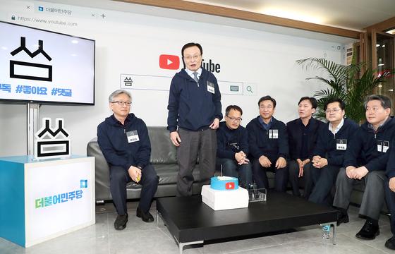 이해찬 더불어민주당 대표(왼쪽 둘째)가 11일 서울 여의도 당사에서 열린 유튜브 채널 '씀' 오픈 행사에서 인사말을 하고 있다. 민주당은 '씀'에는 '쓸모있다''쓰다' 등의 의미를 담았다고 밝혔다. [뉴시스]