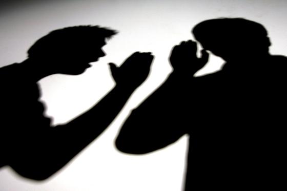 인터넷 카페에서 법조인 행세해 10억원 챙긴 법률 브로커 구속