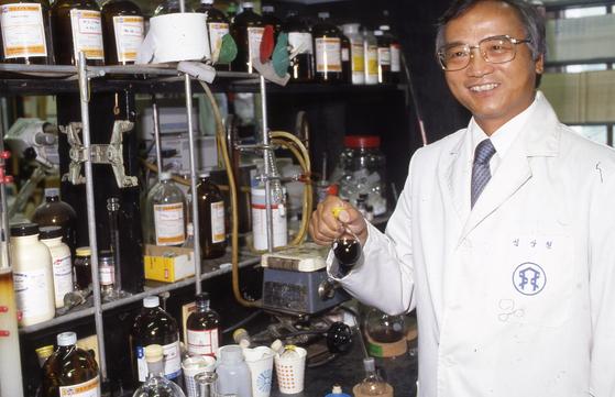KAIST 교수로서 한국 과학기술 발전에 이바지하고 총장으로도 봉사한 심상철 (1937년~2002년) 박사. 미국 캘리포니아 공대에서 유기화학으로 박사 학위를 받고 뉴욕 공대 교수로 일하다 귀국해 연구와 후진 양성에 주력했다. [사진 중앙포토]