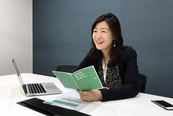 서울 마포 사무실에서 만난 홈리에종 박혜연(36) 대표. 홈리에종은 소비자와 디자이너를 연결해주는 인테리어 서비스 플랫폼이다. [사진 전규열]