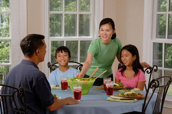 유대인들은 대체로 저녁 식사 자리에서 부모가 자녀에게 어떤 주제에 관한 이야기를 해주고 그에 대해 어떻게 생각하는지 의견을 묻는 밥상머리 교육을 한다. 이를 '하브루타' 라고 한다. [사진 pixabay]
