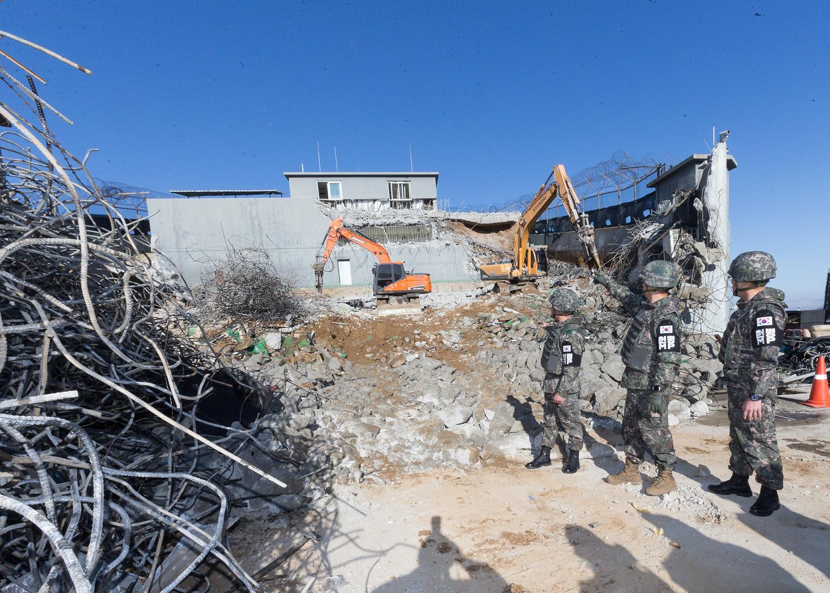 12일 중동부전선 철원지역 GP가 굴착기를 이용해 철거되고 있다. [사진 육군]