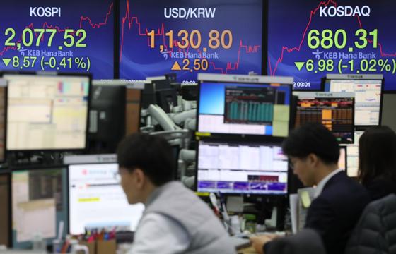'검은 10월' 주도한 외국인, 주식·채권 시장 컴백?