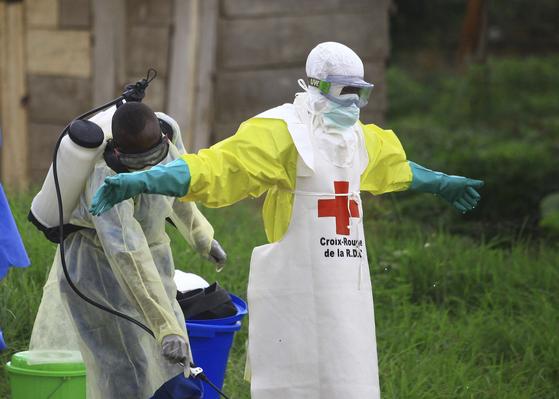 지난 9월 민주콩고 베니시에서 에볼라 환자를 돌보는 의료진이 소독 작업을 하고 있다. [AP=연합뉴스]