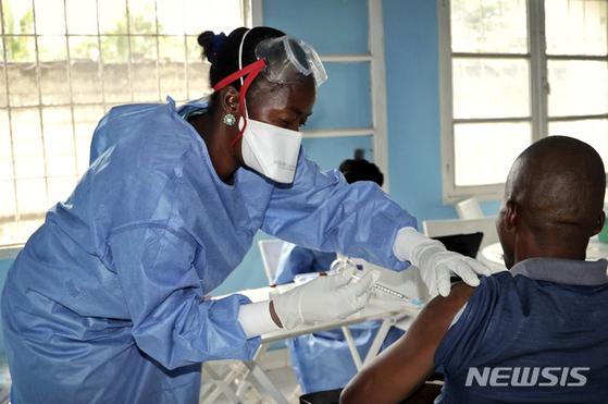 지난 5월30일 콩고 음반다카에서 세계보건기구(WHO) 의료진이 에볼라 바이러스 발병 지역으로 파견될 구호요원에게 에볼라 백신을 접종하고 있다. [AP=뉴시스]