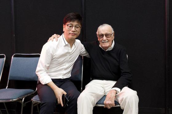 지난해 10월 히어로 영화 '프로디걸' 론칭 기념 행사가 열린 LA 코믹콘에서 만난 김용화 감독과 스탠 리. [사진 덱스터스튜디오]