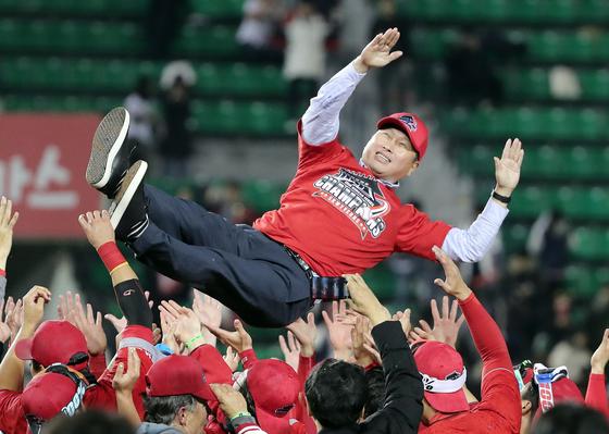 SK 한국시리즈 우승에 박용만 두산 회장이 최태원 SK 회장에 남긴 말