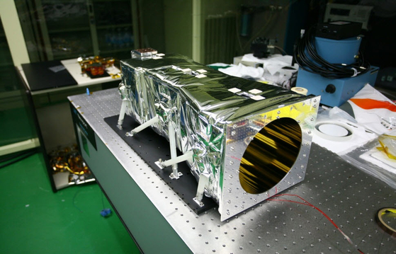 The Korean Astronomy and Space Science Institute (MIRIS) developed the first MIRIS (Multi-purpose Infrared Ray Observation System) telescope in Korea in 2013. It is said that it is advantageous to observe a universe of low orbits around 600 km above the ground and to observe more range broader than the Hubble telescope. [사진 한국천문연구원]