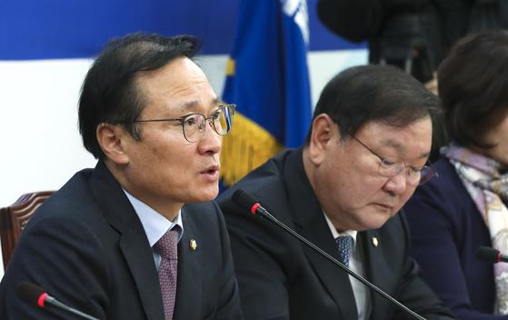 홍영표 더불어민주당 원내대표(왼쪽)가 13일 오전 국회에서 열린 원내대책회의에서 모두발언을 하고 있다. [임현동 기자]