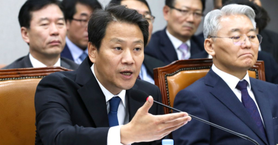 임종석 대통령비서실장(오른쪽)이 13일 오후 국회 운영위원회 전체회의에서 의원들 질의에 답하고 있다. . 임현동 기자
