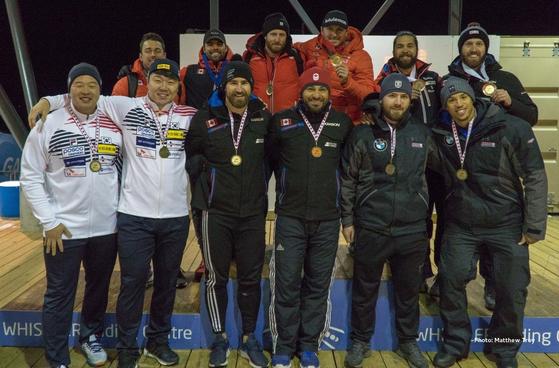 지난 8일 열린 국제봅슬레이스켈레톤경기연맹(IBSF) 북아메리카컵 1차 대회 봅슬레이 남자 2인승에서 5위에 오른 원윤종(왼쪽 둘째)과 김경현(왼쪽)이 다른 입상자들과 함께 메달을 걸고 활짝 웃고 있다. 북아메리카컵은 6위까지 메달을 수여한다. [사진 IBSF 페이스북]