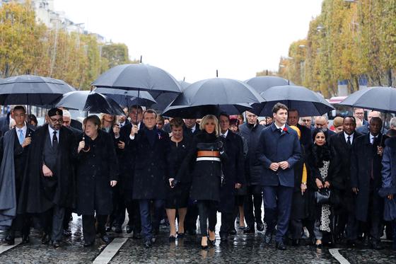 1차 세계대전 기념식장을 향해 파리 샹젤리제 거리를 각국 정상들이 걷고 있다. 도널드 트럼프 대통령의 모습이 보이지 않는다. [EPA=연합뉴스]