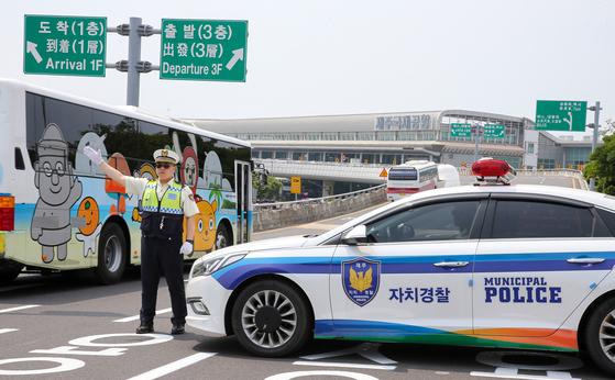 제주국제공항 입구 도로에서 제주자치경찰이 공항 교통질서 확립활동에 나서고 있다. [중앙포토]