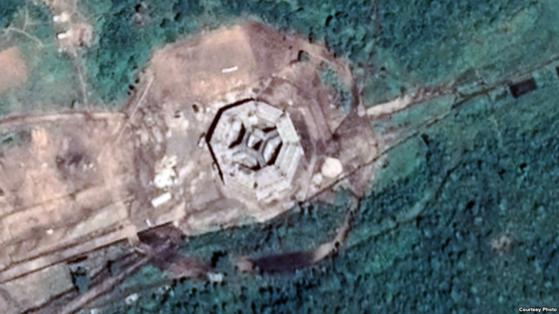 평안북도 영변군 고성리 인근의 군사 훈련장에 8각형 모양의 건축물이 등장했다. 폭 약 40m, 높이는 10m 내외로 추정된다. '프랑스 국립연구원(CNES)'과 '에어버스'사가 촬영해 '구글 어스'에 공개된 9월7일자 위성사진. [사진 VOA 제공]