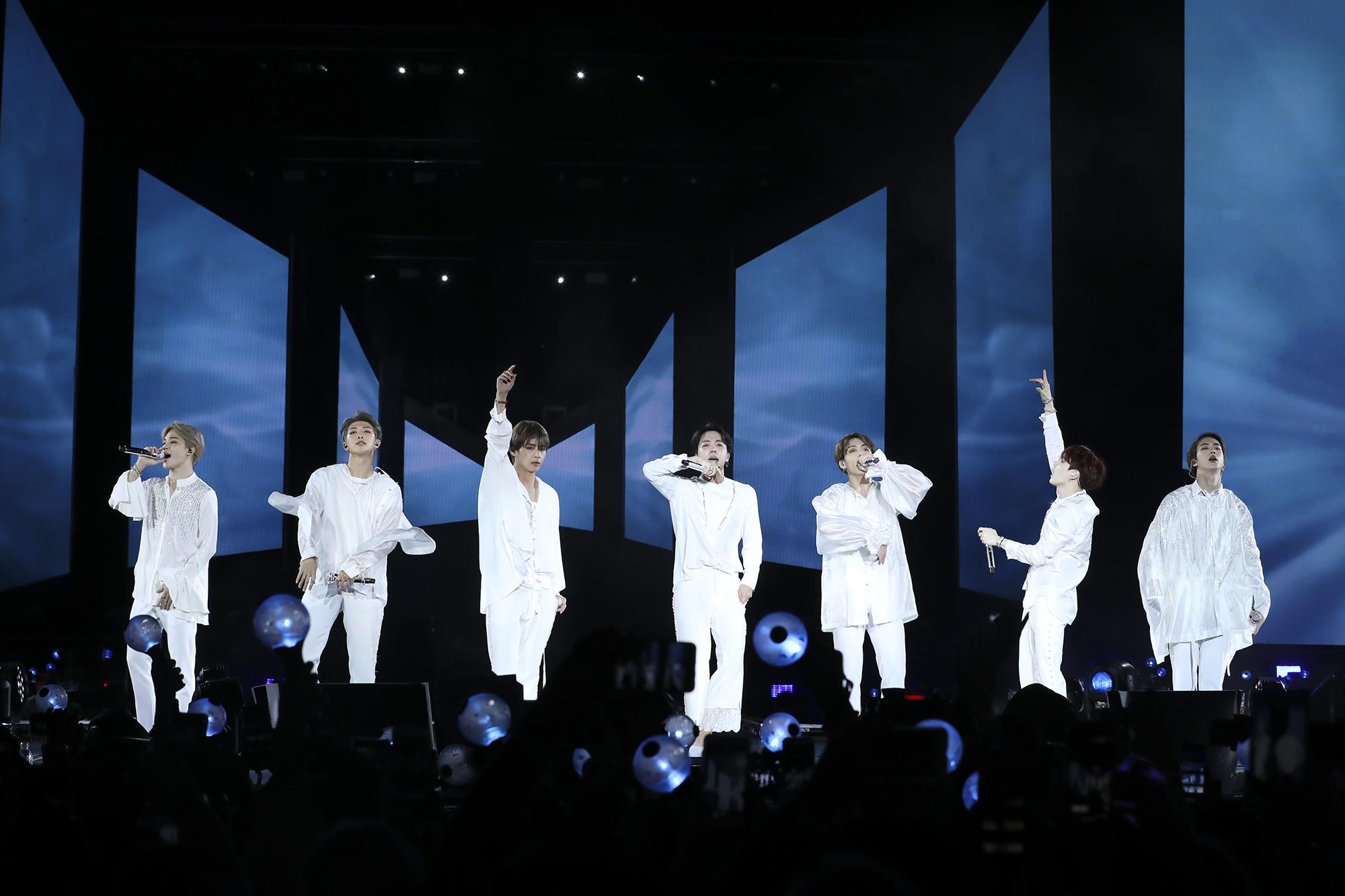 방탄소년단(BTS)이 6일 밤(현지시간) 미국 뉴욕의 시티필드에서 '러브 유어셀프'(Love Yourself) 북미투어의 대미를 장식하는 피날레 공연을 하고 있다. [연합뉴스]
