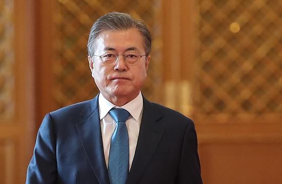 문재인 대통령이 9일 오후 청와대에서 열린 재외공관장 신임장 제정 행사에 입장하고 있다. [연합뉴스]