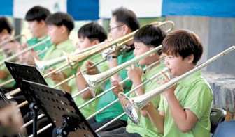 '꿈의 오케스트라' 단원은 악기를 배워 다양한 무대에 오를 수 있다.