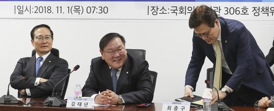 """민주당, 손학규 향해 """"저희 대표였던 분이…'저녁있는 삶' 포기했나"""""""