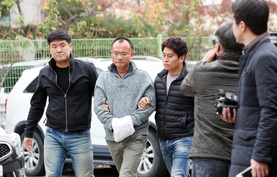 회사 직원 폭행 등의 혐의로 경찰에 체포된 양진호 한국미래기술 회장이 지난 7일 오후 수원시 장안구 경기남부지방경찰청으로 호송되고 있다. [중앙포토]