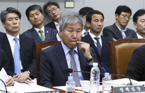 김수현 청와대 정책실장(오른쪽)이 13일 오후 국회 운영위원회 전체회의에서 의원들의 질의를 듣고 있다. 임현동 기자