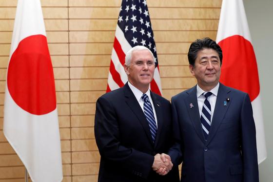 일본의 아베 신조 총리와 마이크 펜스 미국 부통령이 13일 일본 총리관저에서 회담했다. [로이터=연합뉴스]