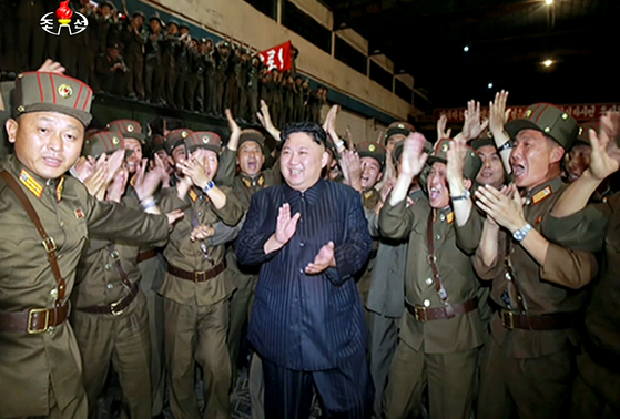 """김정은 북한 국무위원장이 지난해 대륙간탄도미사일(ICBM) 급 '화성-14'형 미사일 발사실험 성공 후 기뻐하는 모습. 김정은 위원장은 """"전국을 미사일 수림화하라""""는 지시를 내린 바 있다. [중앙포토]"""