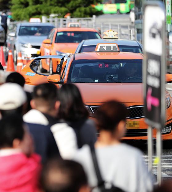 서울역 앞 택시 승강장에서 손님을 기다리는 택시. [뉴스1]