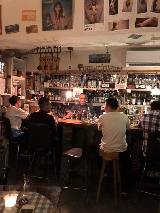 부산 산복도로의 Bar 모티(Mottie). 위스키와 책에 대해 이야기를 나누고 있다. [사진 김대영]