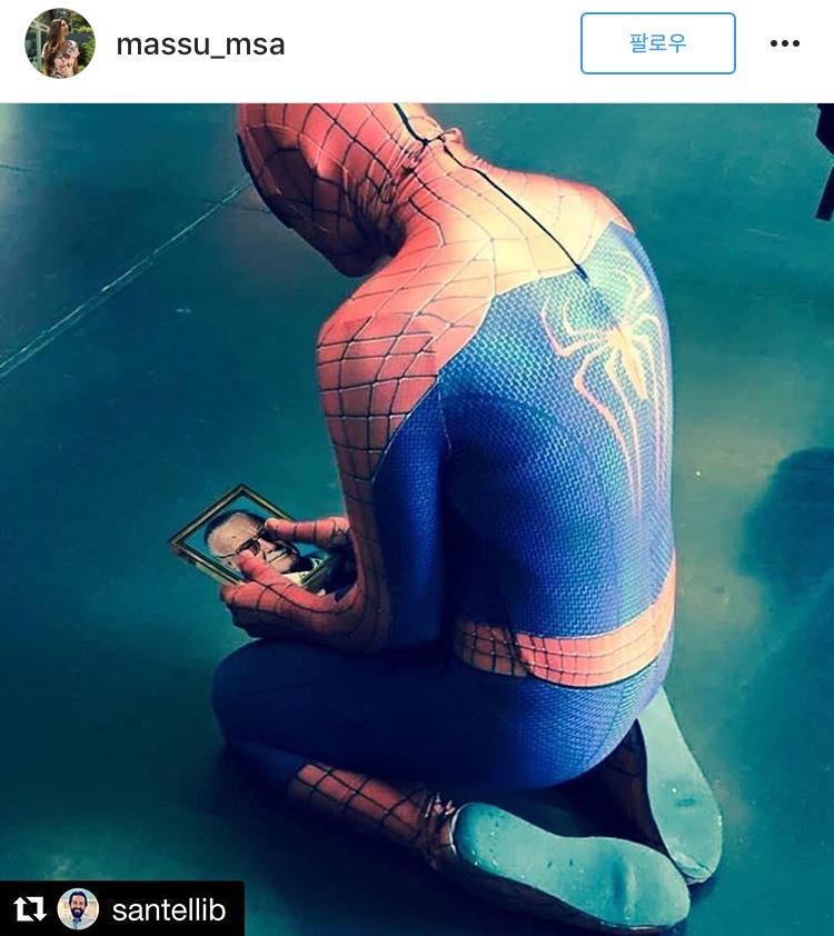 스파이더맨이 스탠 리의 사진을 바라보고 있다. [사진 인스타그램 캡처]