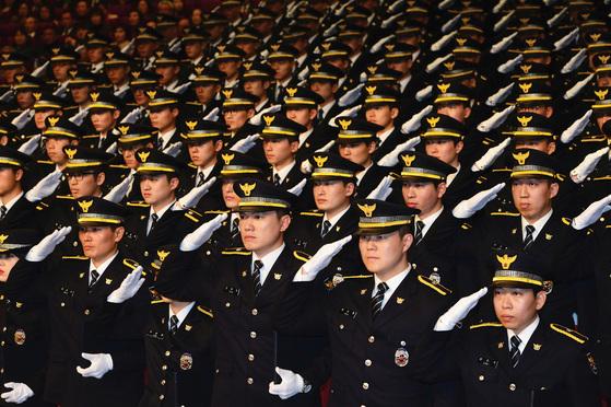 2017년 3월 16일 충남 아산 경찰대 대강당에서 열린 경찰대학생·간부후보생의 합동임용식 [중앙포토]