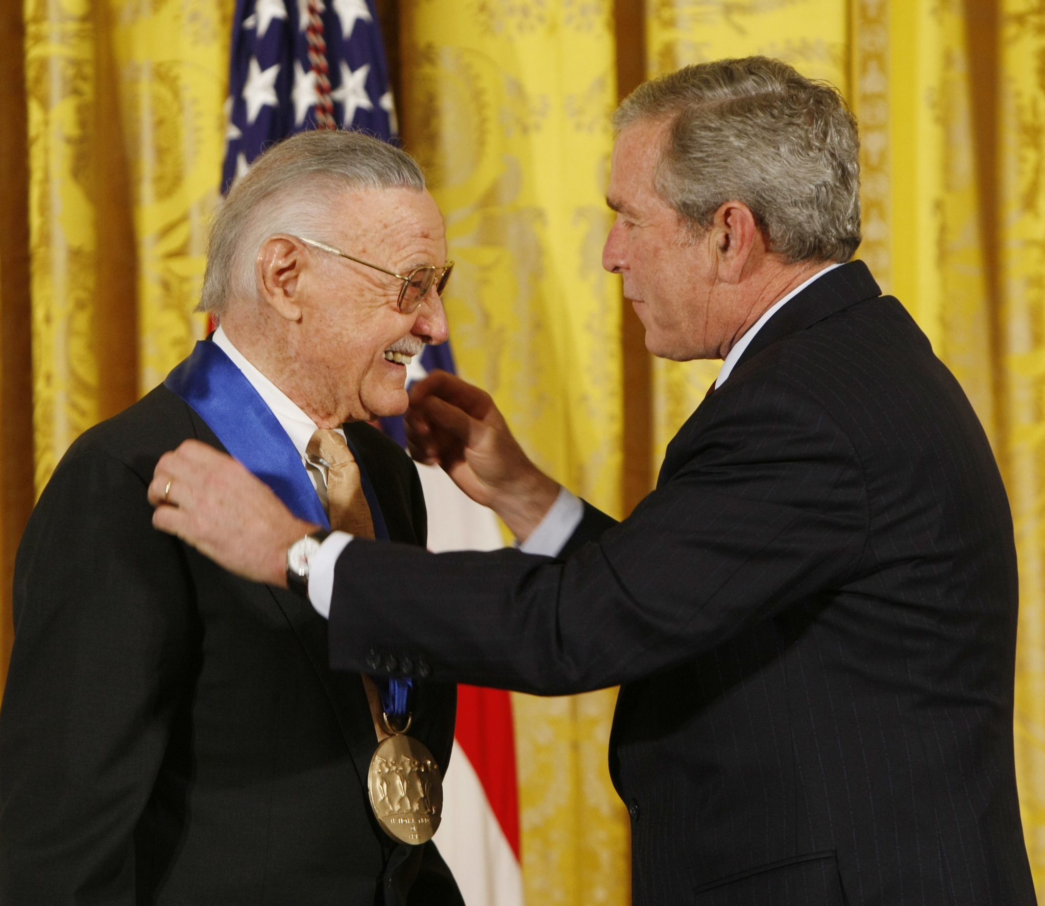 2008년 11월 17일 조지 W. 부시 미국 대통령이 워싱턴 백악관에서 스탠 리에게 미국 예술 훈장을 수여하고 있다. [AP=연합뉴스]